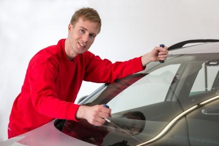 zastąpić: Szklarz cięcia klej szyby przedniej z drutu wymienić przednią szybę