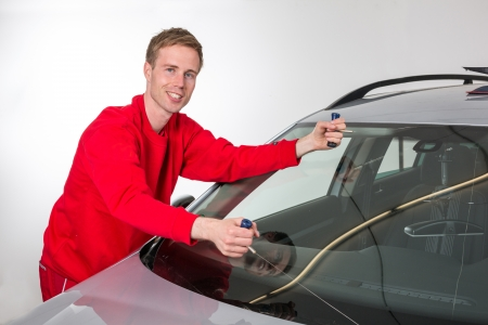 replacements: Glazier cutting adhesive of windscreen with a wire to replace windshield