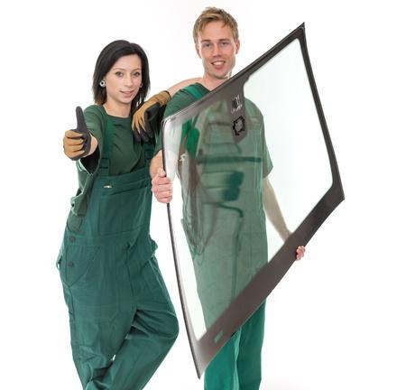 Worker Glaserei mit Windschutzscheibe oder an der Windschutzscheibe vor weißem Hintergrund