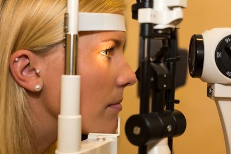slit: Paciente o cliente en la l�mpara de hendidura en optometrista u �ptico