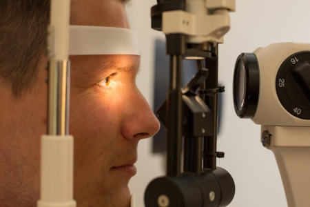 oculista: Paciente o cliente en la lámpara de hendidura en optometrista u óptico
