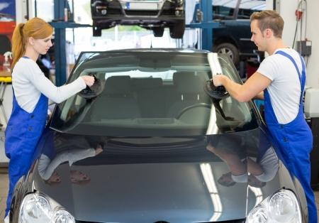 Mechanik oder Glaser installieren Windschutzscheibe oder Windschutzscheibe für den Ersatz in der Garage