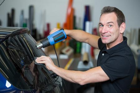 Car involucro colorazione una finestra veicolo con un foglio