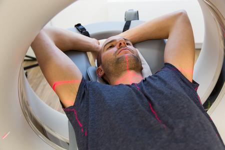 resonancia magnetica: Paciente examinado en radiografía computarizada tomografía computarizada en la clínica de radiología