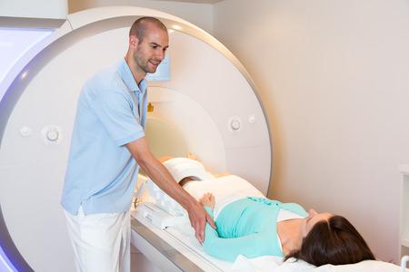 MTA councelling Patienten und Vorbereitung Scan des Knie mit Magnetresonanztomographie MRT in der Radiologie Standard-Bild - 31755056