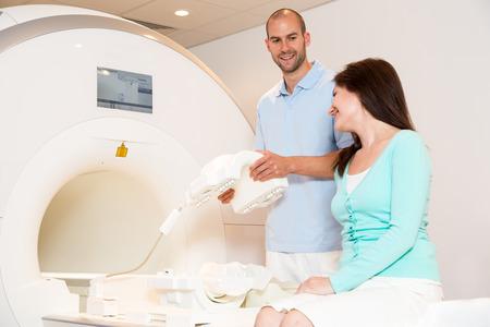 resonancia magnetica: Técnica paciente asistente en consejo médico y la preparación de exploración de la rodilla con magnética MRI tomografía de resonancia en radiología