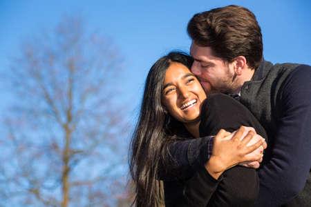 enamorados besandose: Pareja en el amor que abraza y besa al aire libre Foto de archivo