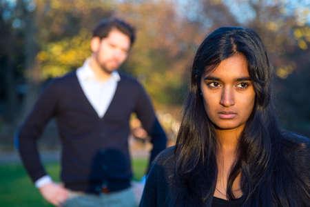 donna innamorata: Coppia dopo una lite in un parco