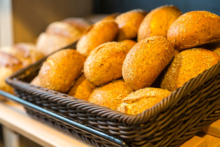 tranches de pain: Pain et brioches dans des paniers sur le plateau en boulangerie ou boulanger