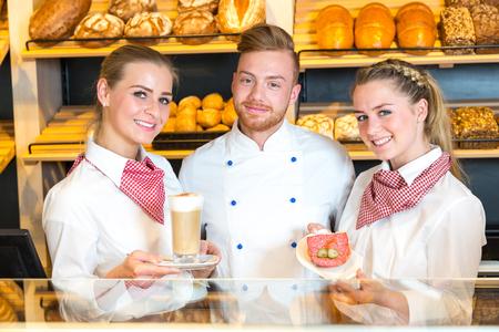 bollos: Baker y tenderos en posando panadería y café y sándwiches presentar