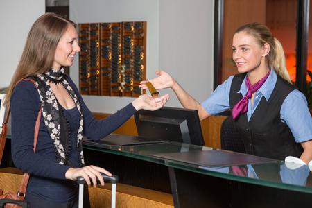 ゲストまたは顧客にキーを渡したホテルのフロント受付