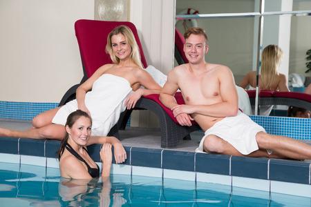 salud publica: Tres amigos disfrutando de un día en el hotel piscina pública