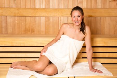 Frau Wellnesstag genießen in der Sauna Standard-Bild - 47489293