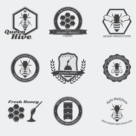 Retro emblemas de abejas negras con las abejas obreras y la reina en el círculo.