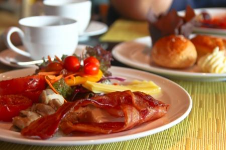 イングリッシュ ・ ブレックファスト焼きトマト、ベーコン、キノコ、ヨーグルト、テーブル上のサラダ 写真素材