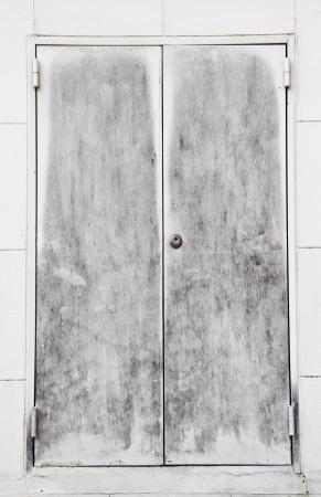 古い鋼製ドア
