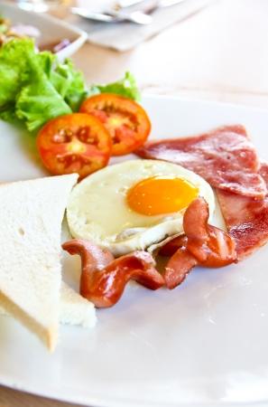 desayuno con pan, huevo, jamón y embutidos