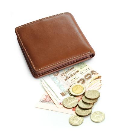 財布、タイの紙幣と白い背景の上のコイン