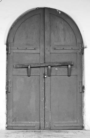 従来の窓とタイの寺院でのアジア スタイルのドア。タイの伝統的で一般的なスタイルです。ないいずれかの商標またはこの写真の問題を制限します