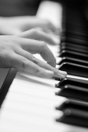 ピアノに手します。