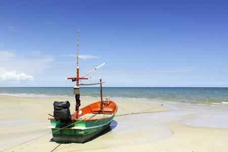 美しいビーチでボートします。 写真素材