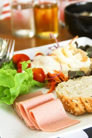 パン、ハム、新鮮なサラダで朝食します。 写真素材