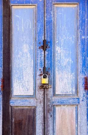 従来の窓とタイでタイ風のドア。タイの伝統的で一般的なスタイルです。ないいずれかの商標またはこの写真の問題を制限します。