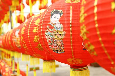 春の Festival.Normally の中に伝統的なオープン市場で中国の赤いランタンいくつか文字か来る新しい年の幸運と最高の良い希望の提灯に描きます。