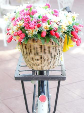 フラワー生地、ヴィンテージ自転車のバスケットに偽織物花