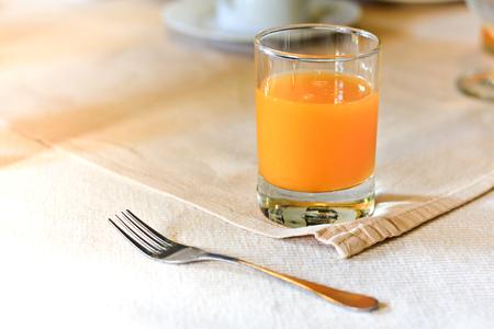 杯のオレンジ ジュース