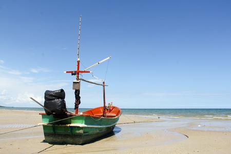 海で漁船。日の出ホアヒン、タイで