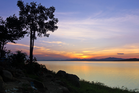 川沿いに美しい夕日