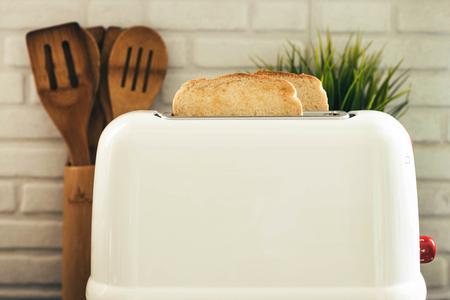 tostador blanco con tostadas cocinado en la cocina