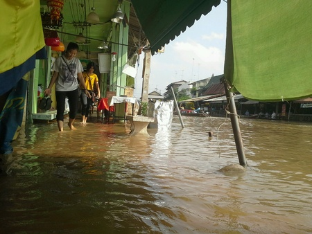 amphawa: Flooding on the road at Amphawa floating market.