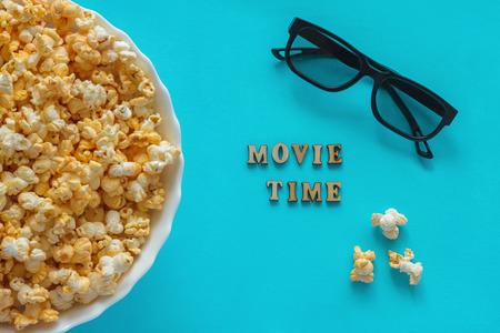 """popcorn, occhiali 3D. Testo """"movie Time"""". Archivio Fotografico"""