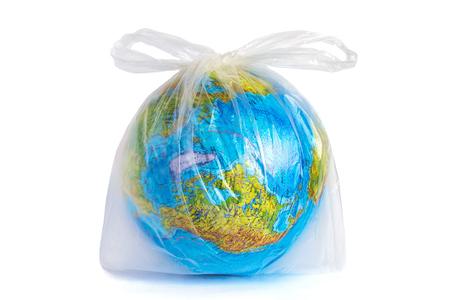 Model planety Ziemia (kula ziemska) w jednorazowym opakowaniu z polietylenu, na białym tle. Ð¡przyjęcie zanieczyszczenia środowiska odpadami z polietylenu z tworzyw sztucznych, problem ekologiczny