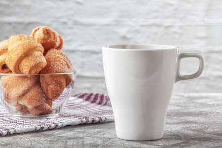 On a gray background coffee with cream and freshly baked puffs 版權商用圖片
