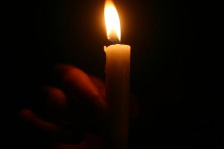 terrena: candela in mano