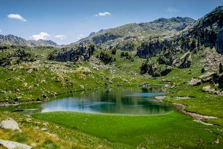 arando: Fondo verde y azul de la laguna. Foto de archivo