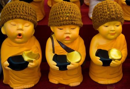 limosna: Tres monjes muñequita