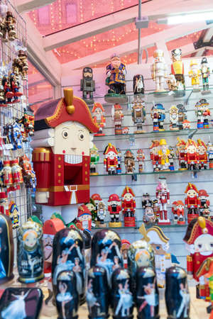 MOSCOW, RUSSIA - December 18, 2019: Set of chritmas wooden nutcrackers on the shelf. traditional christmas market Éditoriale