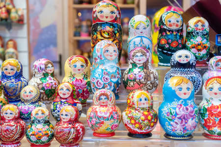MOSCOW, RUSSIA - December 18, 2019: Set of wooden matrioshka dolls on the shelf. traditional christmas market Éditoriale