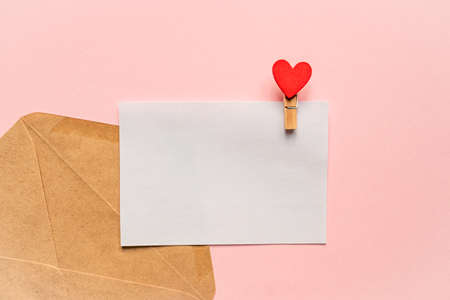Love letter mockup. Greeting card with pin and red heart with copy space for text or design. Festive concept for Valentine or birthday. 版權商用圖片
