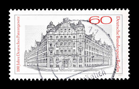 oficina antigua: Cancelado sello impreso por Berl�n, que muestra ex oficina de patentes Reich, alrededor del a�o 1977. Editorial