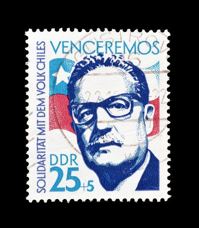 Timbre-poste Annulé imprimé par la République démocratique allemande, qui montre Salvador Allende et drapeau chilien, vers 1973. Banque d'images - 58866253