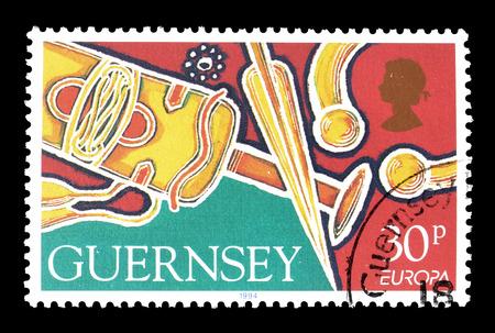 scheide: Abgebrochen Briefmarke von Guernsey gedruckt, das zeigt, Schwert, Scheide und Speer, circa 1994.