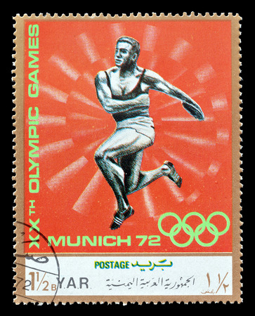 lanzamiento de disco: Cancelled postage stamp printed by Yemen, that shows Discus throwing, circa 1971.