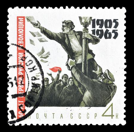 1965年頃、デモンストレーターがランプポストに上がったソ連が印刷した郵便切手をキャンセル。