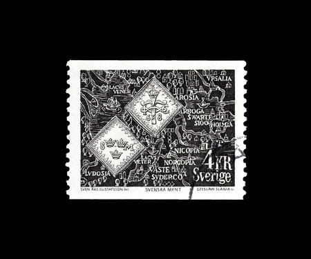 Sello postal cancelado impreso por Suecia, que muestra mapa y monedas antiguas, alrededor de 1976.