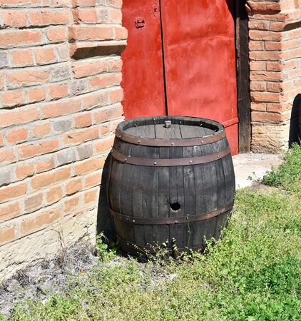 Antique barrels and clay pots used for storing food and drink 免版税图像